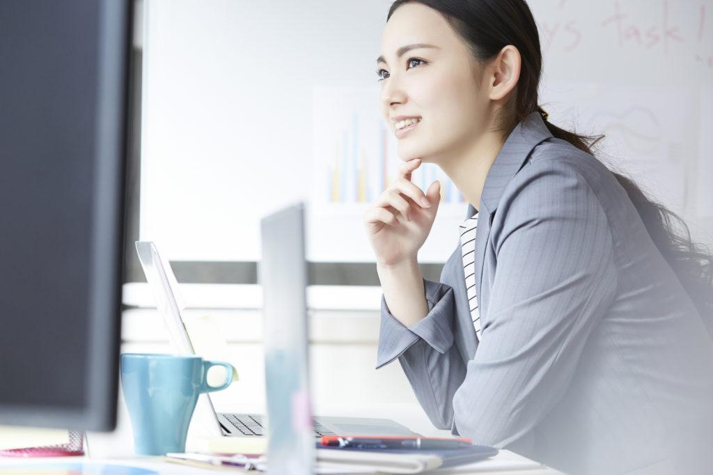1.総合人材-考え事をしている女性