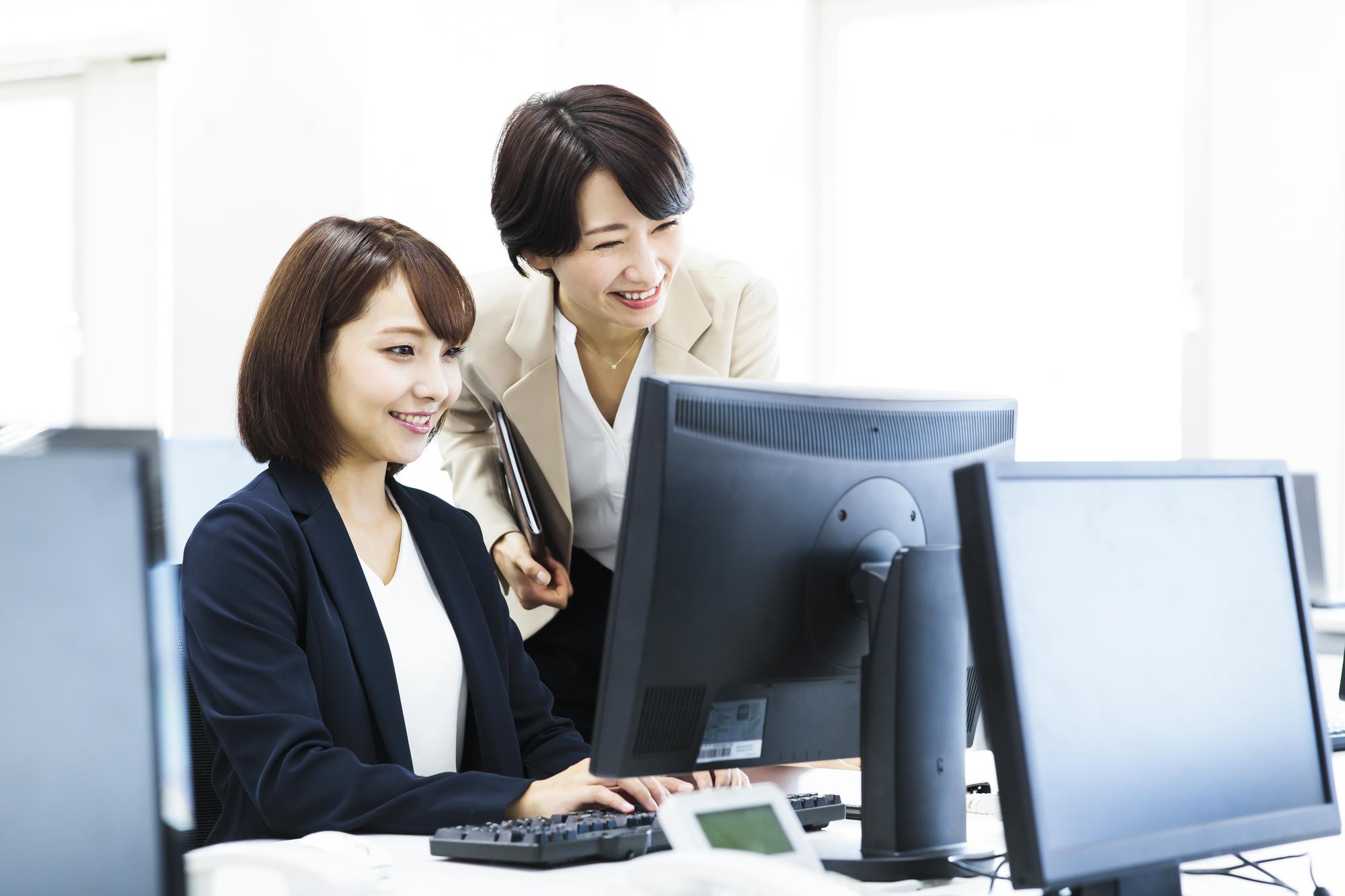 1.総合人材-パソコンを見つめる2人の女性